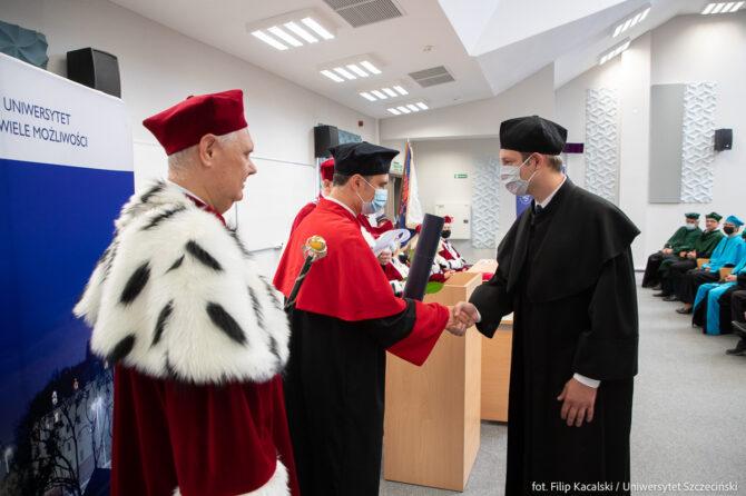Wręczenie dyplomu - Dariusz Mosler z JM Rektorem i Dyrektorem Instytutu