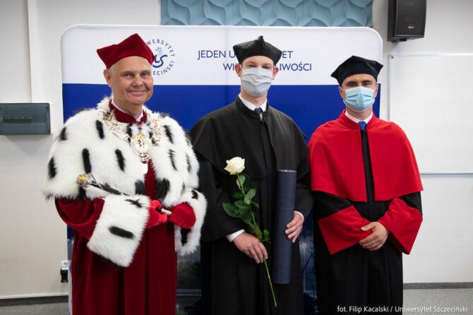 Promocja doktorska - Dariusz Mosler z JM Rektorem i Dyrektorem Instytutu